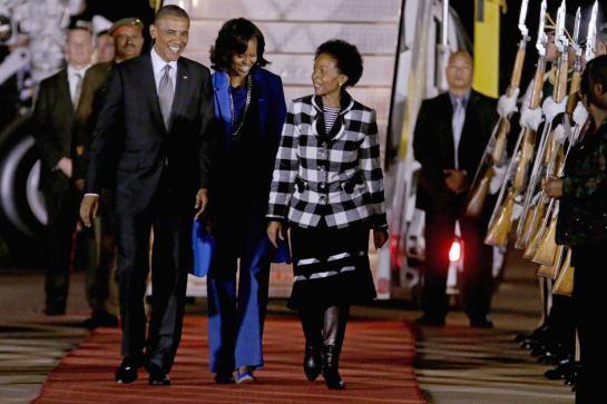 Barack na Michelle Obama walipo wasili katika jiji la Pretoria, South Africa jana