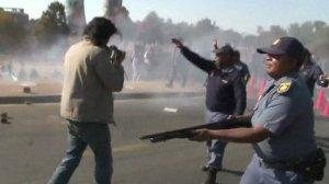 Polisi wakipika risasi na mabomu ya tahadhari wakati wa maandamano nje ya Chuo Kikuu cha Soweto jijini Johannesburg chuo ambacho Rais Obama alikuwa anakitembelea